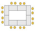 Rechteckig gestellte Tische mit freiem Bereich in der Mitte